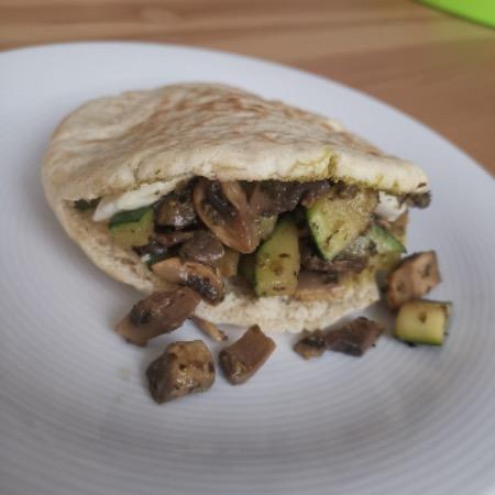 Studentenmaaltijd – Pitabroodje met pesto en groenten